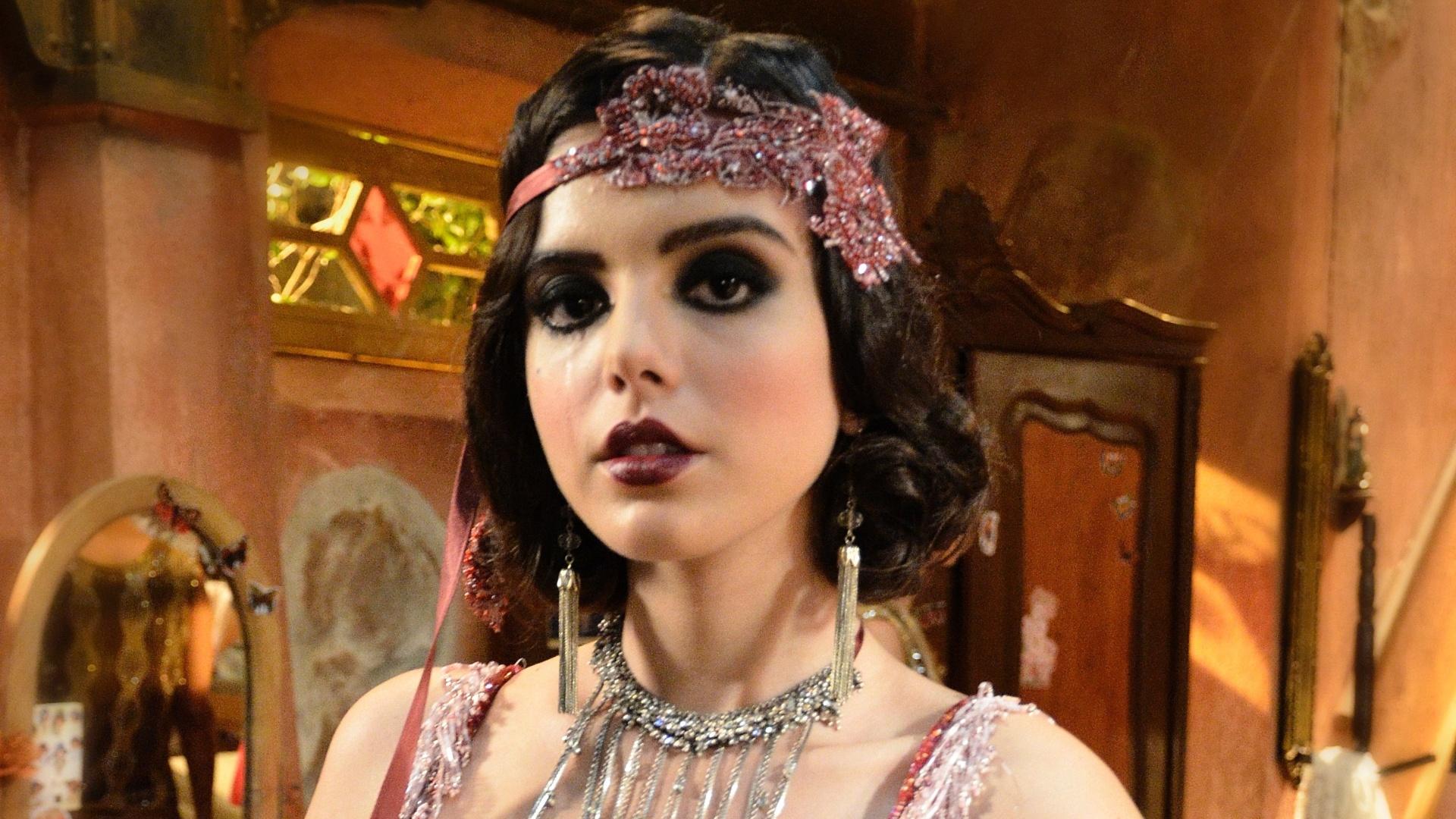 Lindinalva (Giovanna Lancellotti) vestida para trabalhar no Bataclã (17/7/12)