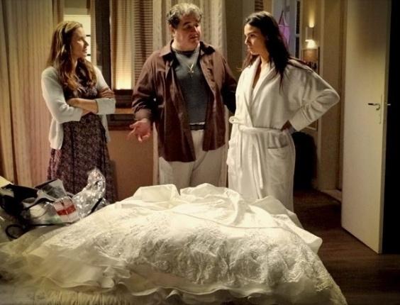 "Suelen (Isis Valverde), Diógenes (Otávio Augusto) e Dolores (Paula Burlamaqui) em cena de ""Avenida Brasil"" (24/7/12)"