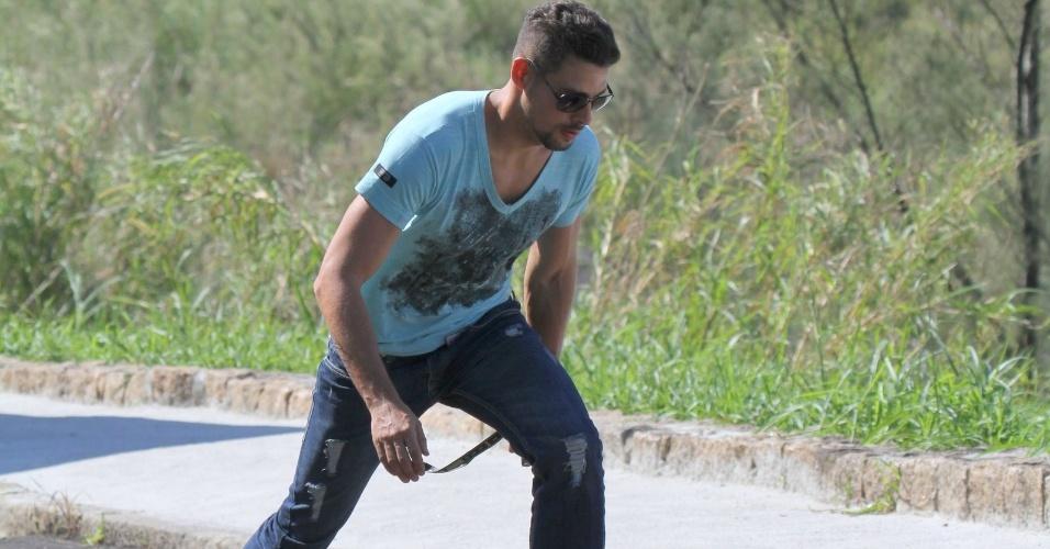 """Cauã Reymond grava cenas de """"Avenida Brasil"""" na Prainha,no Rio de Janeiro. O ator aparece andando de skate pela orla da praia (25/7/12)"""