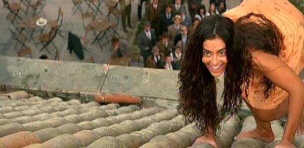 Gabriela sobre no telhado para buscar a pipa