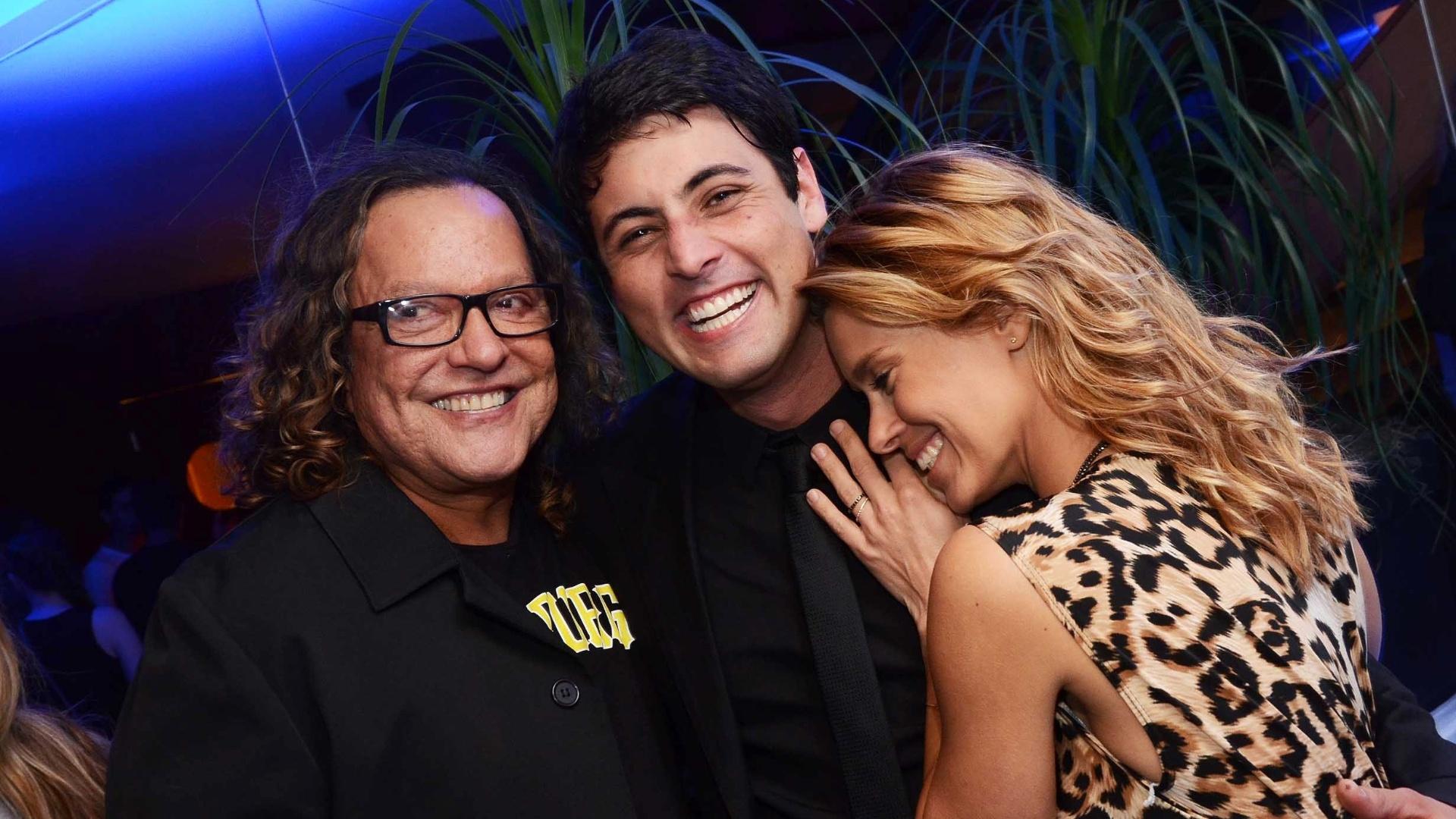 Bruno De Luca, entre Wolf Maia e Carolina Dieckmann, celebra o programa
