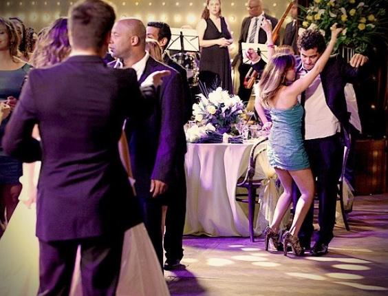 """Em """"Avenida Brasil"""", na festa de casamento, Roni só tem olhos para Leandro"""