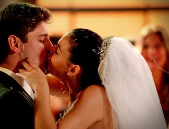 """Em """"Avenida Brasil"""", Suelen dá um beijão em Roni no altar (27/7/12)"""