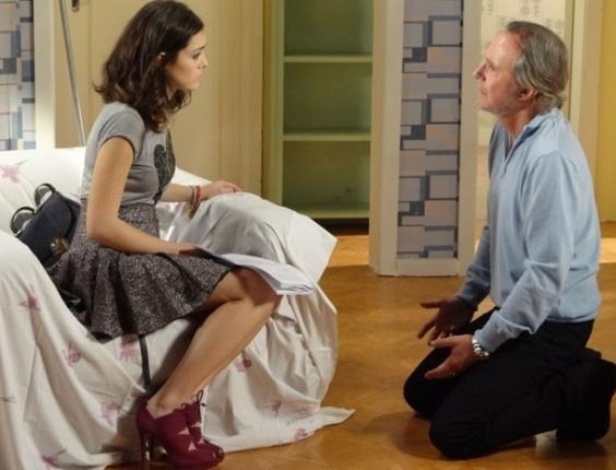 """Em """"Cheias de Charme"""", Sarmento revela que é o pai de Cida e pede perdão para Empreguete (27/7/12)"""
