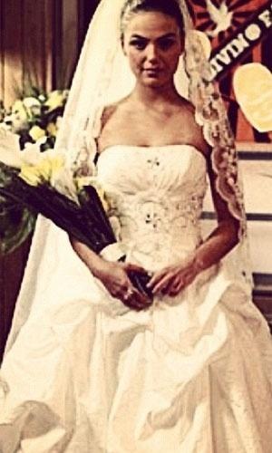 """Isis Valverde publicou foto de sua personagem Suelen de """"Avenida Brasil"""" vestida de noiva. Na legenda, a atriz escreveu: """"Quem diria, hein Susu?"""""""