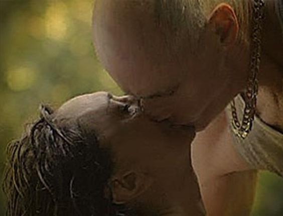 """Em """"Avenida Brasil"""", Muricy e Leleco se agarram em cachoeira (30/7/12)"""