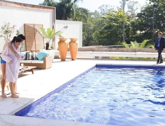 """Em """"Cheias de Charme"""", Elano vê Cida e Conrado na piscina e termina o namoro com a empreguete (31/7/12)"""