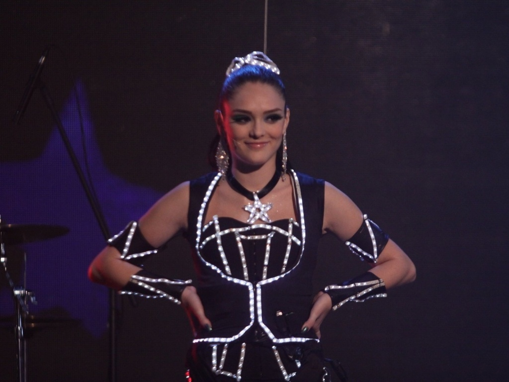 Isabelle Drummond, a Cida, gravou cenas do show das empreguetes na novela
