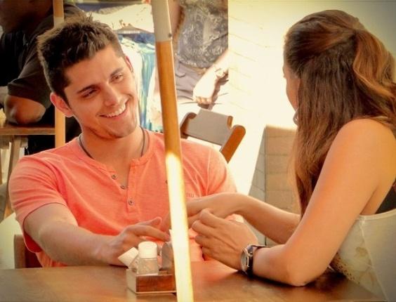 """Em """"Avenida Brasil"""", Olenka desabafa com Iran e ele promete ajudá-la a fazer as pazes com Monalisa (3/8/12)"""