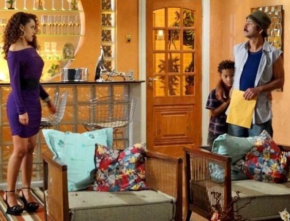 """Em """"Cheias de Charme"""", Sandro recebe citação da justiça, vai tirar satisfações com Penha e atrapalha jantar da ex com Otto ("""