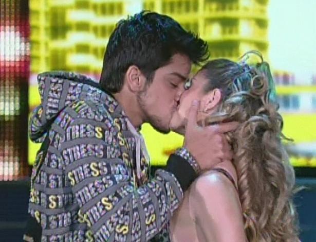 """Rodrigo Simas beija Raquel Guarini durante apresentação da """"Dança dos Famosos"""" no """"Domingão do Faustão (5/8/12)"""