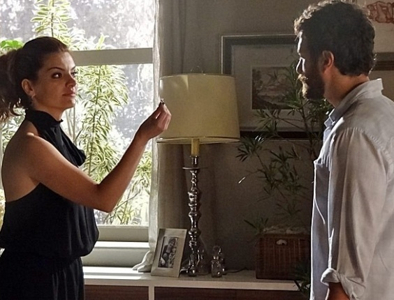 """Em """"Amor Eterno Amor"""", Rodrigo tira satisfações com Elisa sobre anel de Verbena"""
