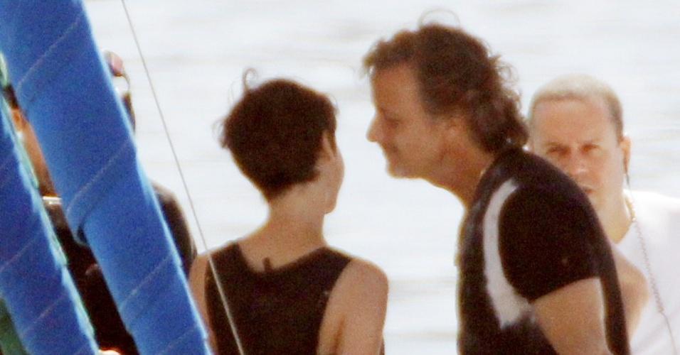 Nina (Débora Falabella) vai ao encontro de Max (Marcello Novaes) na Marina da Glória e Carminha (Adriana Esteves) flagra os dois juntos no barco e dá uma surra no amante (3/8/12)