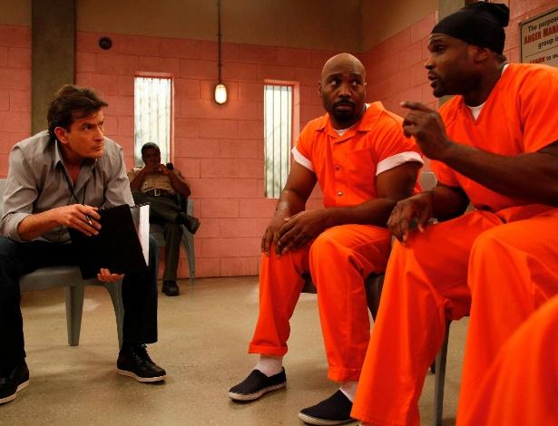 """Charlie Sheen em cena da série """"Tratamento de Choque"""""""