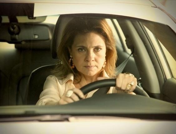 """Em """"Avenida Brasil"""", Carminha foge da mansão mais uma vez e deixa psiquiatra esperando (7/8/12)"""
