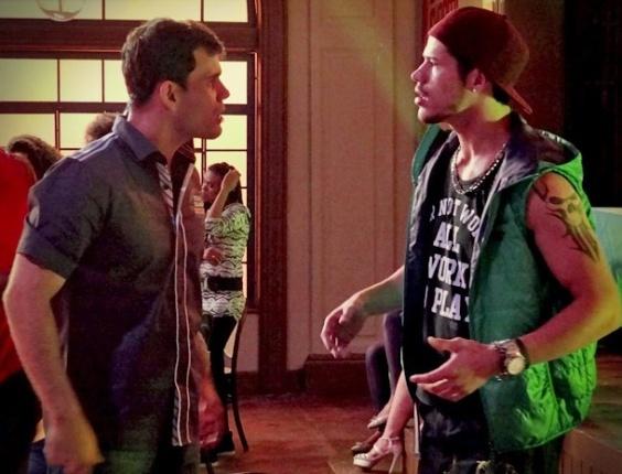 """Em """"Avenida Brasil"""", Darkson joga indireta para Adauto sobre Muricy, e os dois quase iniciam uma briga (7/8/12)"""