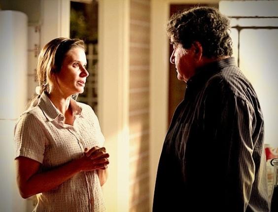 """Em """"Avenida Brasil"""", Dolores diz que só volta a se entregar a Diógenes se eles casarem (8/8/12)"""