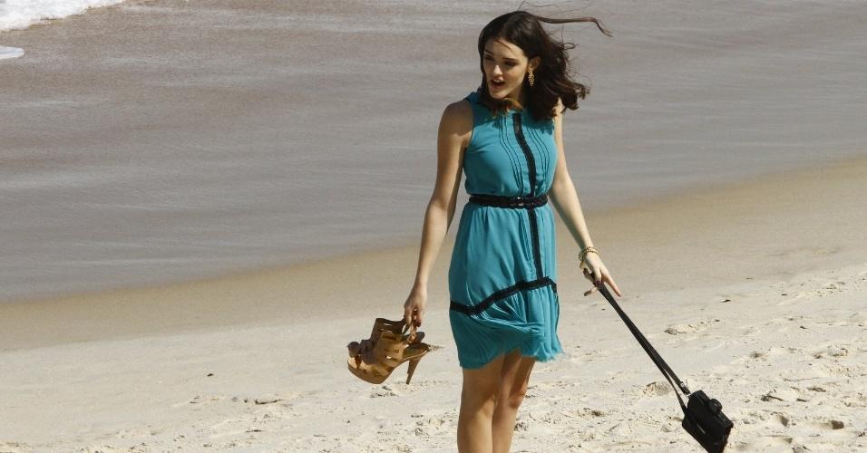 Isabelle Drummond grava cenas em praia do Rio de Janeiro (8/8/12). Durante a gravação, a personagem Cida beijou Conrado (Jonatas Faro)