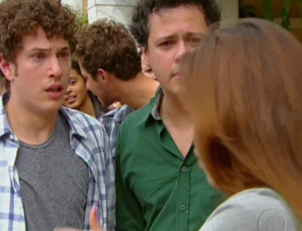 Natália avisa Gabriel que Alexia sumiu e o rapaz vai até a delegacia atrás de Moisés para saber da namorada