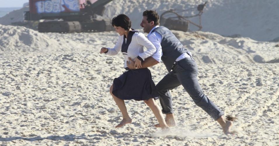 """Vanessa Giácomo e Henri Castelli gravando cenas de """"Gabriela"""" na praia do Recreio (10/8/12)"""