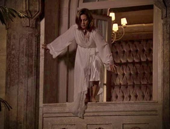 """Em """"Avenida Brasil"""", desesperada, Carminha se joga da janela da mansão e acaba internada"""