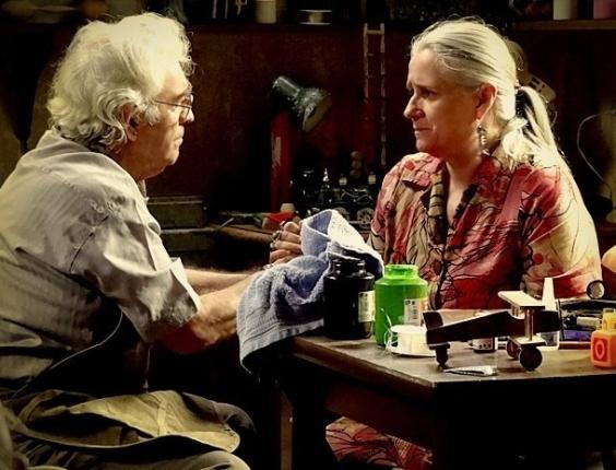 """Em """"Avenida Brasil"""", Lucinda se culpa por erro do passado e Santiago a consola (13/8/12)"""