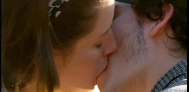 Jú e Dinho se beijam no primeiro capítulo da trama