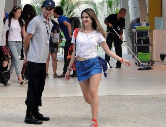 """Em """"Malhação"""",  depois de chegar com saia de 20 centímetros no colégio, Fatinha é obrigada a usar camiseta extra grande (15/8/12)"""
