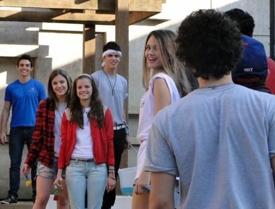 """Em """"Malhação"""", para ajudar Ju com Dinho, Fatinha organiza festa na casa da amiga (15/8/12)"""