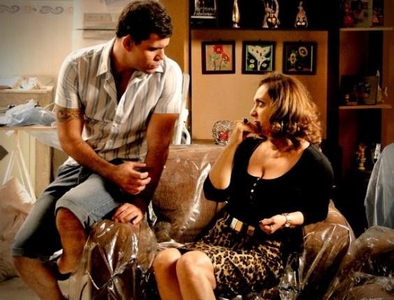 """Em """"Avenida Brasil"""", Muricy e Leleco mentem para passar o fim de semana juntos (16/8/12)"""