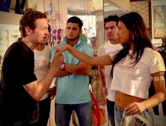 """Em """"Avenida Brasil"""", Suelen aceita posar nua e Roni fica com ciúmes (17/8/12)"""