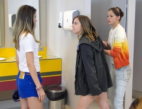"""Em """"Malhação"""", Lia e Fatinha discutem feio no banheiro do colégio Quadrante (17/8/12)"""