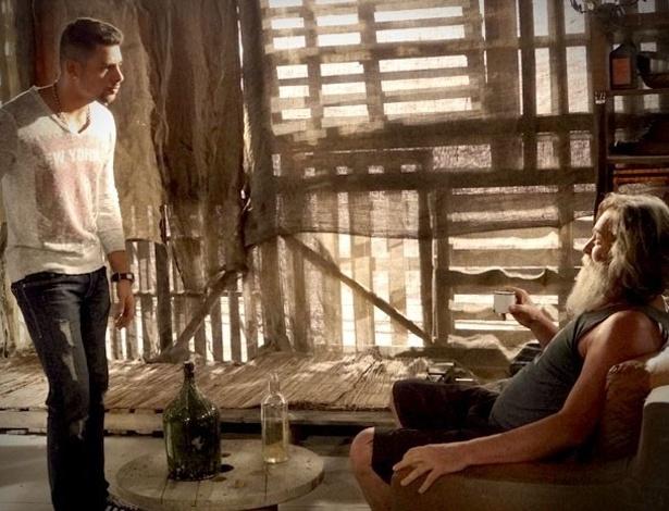"""Em """"Avenida Brasil"""", Nilo confirma para Jorginho que Nina ficou com o dinheiro do sequestro (20/8/2012)"""
