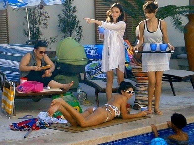 """Em """"Cheias de Charme"""", Cida faz Sônia e Isadora servirem seus amigos do Borralho na mansão dos Sarmentos (20/8/12)"""