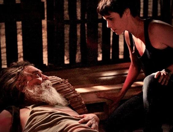 """Em """"Avenida Brasil"""", Nina salva Nilo de incêndio no lixão"""