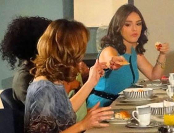 """Em """"Cheias de Charme"""", Cida faz Isadora servir torrada para ela (22/8/12)"""
