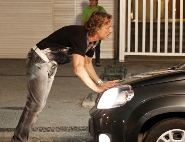 """Marcelo Novaes grava cena de """"Avenida Brasil"""" em Ipanema, no Rio de Janeiro (22/8/12)"""