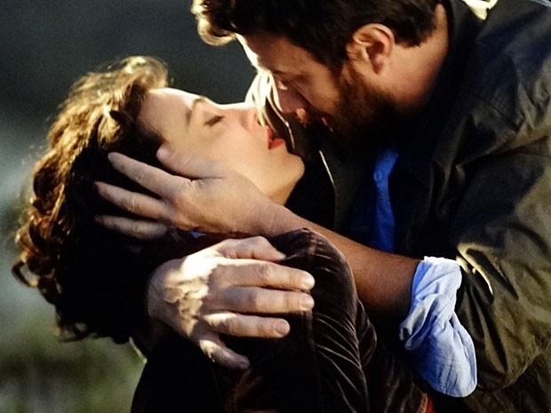 """Em """"Amor Eterno Amor"""", Miriam desmaia nos braços de Rodrigo ao se deparar com o túmulo de Elisa (23/8/12)"""