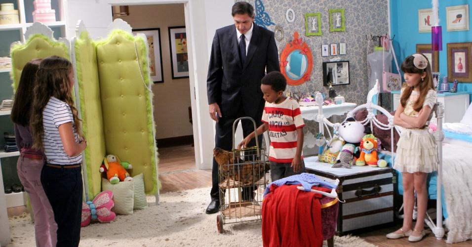"""Em """"Carrossel"""", Cirilo leva suas galinhas para Maria Joaquina conhecer (24/8/12)"""