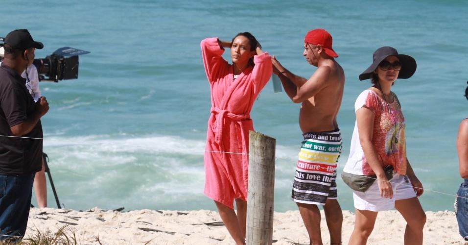 """Tais Araújo grava cenas de """"Cheias de Charme"""" de biquini na praia do Recreio, no Rio (23/8/12)"""