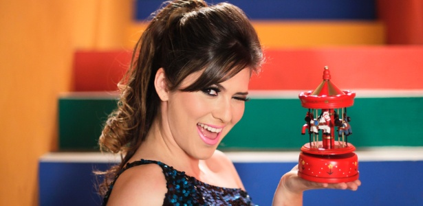 "Lívia Andrade entra para ""Carrossel"" e faz ensaio nos bastidores da Escola Mundial (25/8/12)"