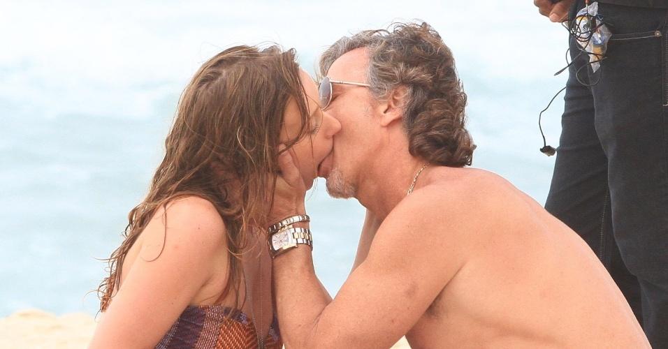 """Carol Abras e Marcello Novaes gravam cena de beijo de """"Avenida Brasil"""" na praia (27/8/2012)"""