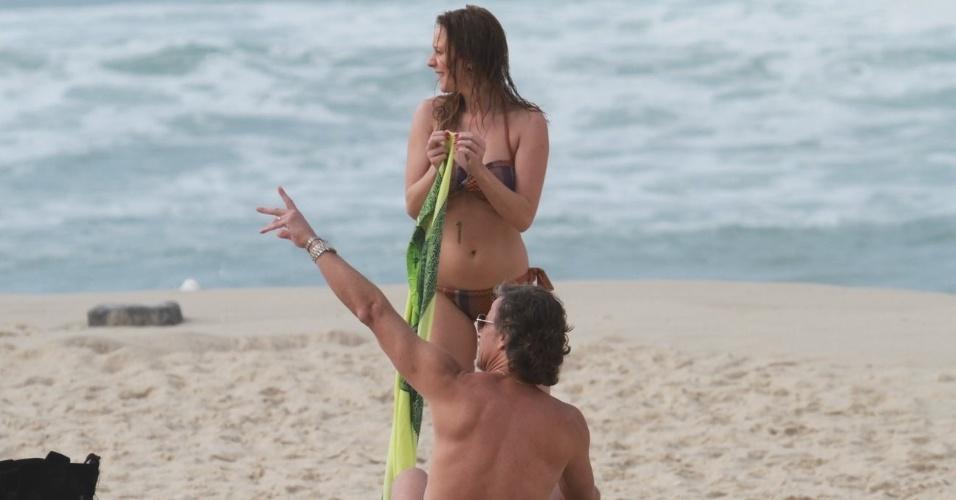 """Carol Abras e Marcello Novaes gravam cenas de """"Avenida Brasil"""" na praia (27/8/12)"""
