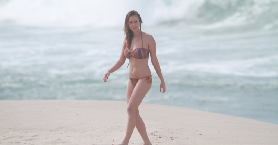 """Carol Abras grava cenas de """"Avenida Brasil"""" na praia (27/8/12)"""