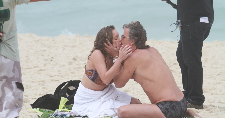 """Os atores Carol Abras e Marcello Novaes gravam cena de beijo de """"Avenida Brasil"""" na praia (27/8/12)"""