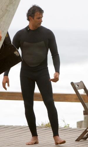 """Depois de gravar com Tais Araújo, Marcos Pasquim grava cenas de """"Cheias de Charme"""" no final de tarde fria com roupa de surf, na praia da Macumba, no Rio de Janeiro (28/8/12)"""