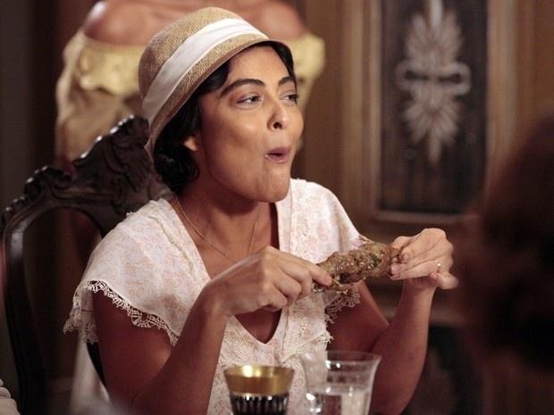 Em jantar na casa de Ramiro Bastos, Gabriela come frango com as mãos e deixa Nacib com vergonha (28/8/12)