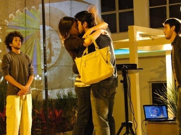 """Em """"Malhação"""", Ana rouba um beijo de Bruno (28/8/12)"""