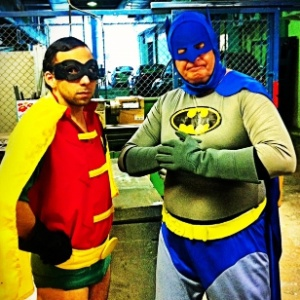 Murilo Couto como Robin e Marcelo Mansfield como Batman em reimagina&#231;&#227;o do antigo seriado do homem-morcego