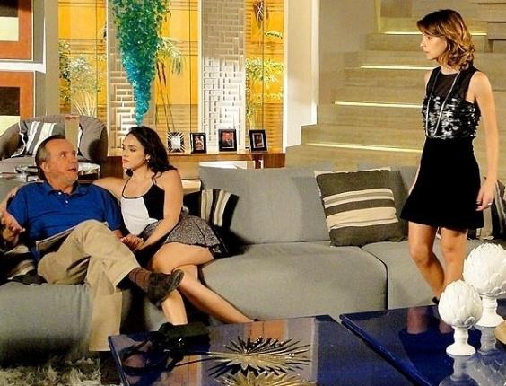 """Em """"Cheias de Charme"""", Cida anuncia para a família que voltou com Conrado"""